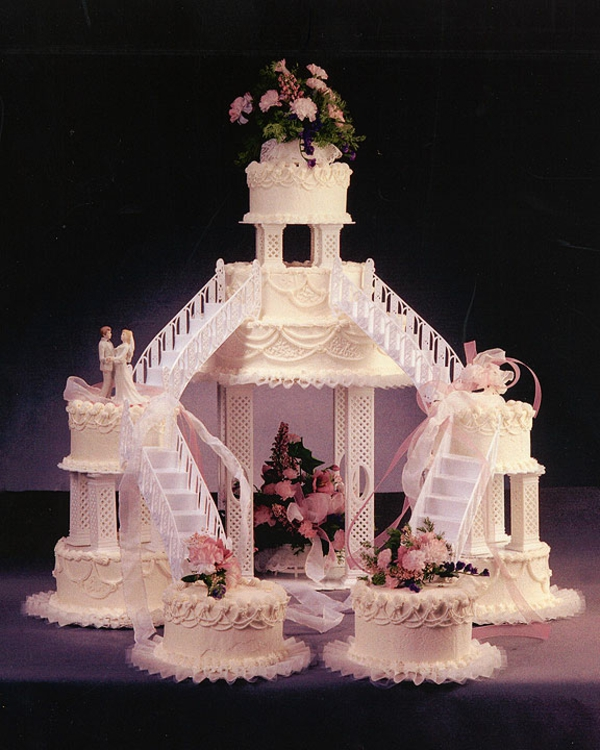 cooles-und-extravagantes-modell-von-mehrstöckige-torte-zur-hochzeit