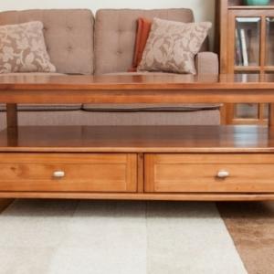 Der Tisch mit Schublade: modern und praktisch!