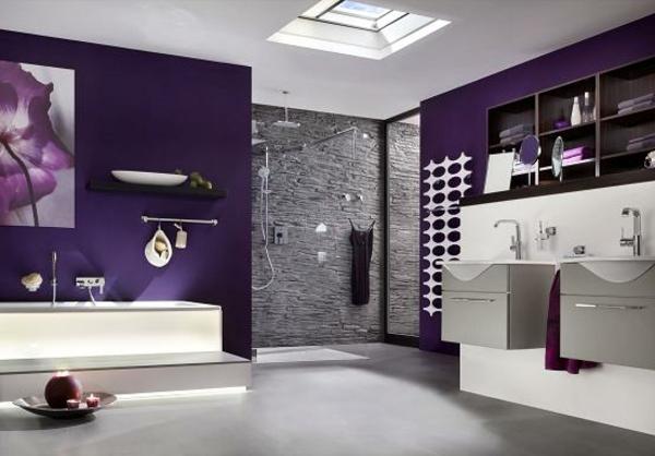 Badezimmer-mit-dachfenster-schlicht
