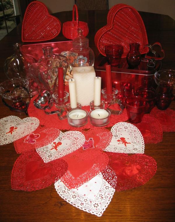 idee-tisch-dekoration-rot-kerzen-gläser-herz-boxen