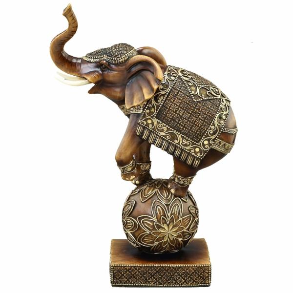 deko-skulpturen-ein-elefant-weißer-hintergrund