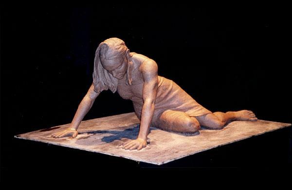 deko-skulpturen-eine-liegende-frau-und-schwarzer-hintergrund