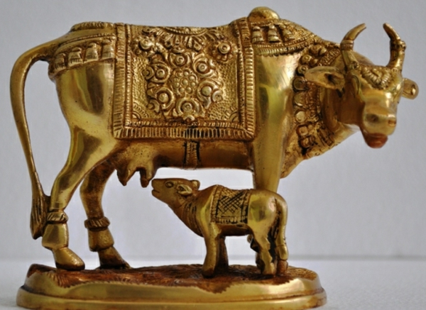 deko-skulpturen-goldener-kuh-mit-seinem-baby