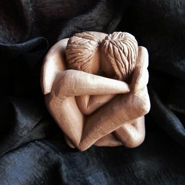 deko-skulpturen-körperfiguren-umarmen-sich