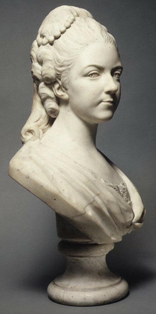 deko-skulpturen-oberteil-von-einer-hübschen-frau