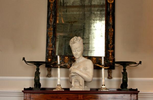 deko-skulpturen-schöner-oberteil-vom-mann-vor-einem-spiegel