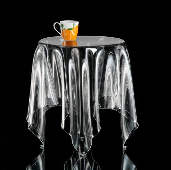 designer-tische-extravagantes-modell-mit-einer-kaffeetasse-darauf