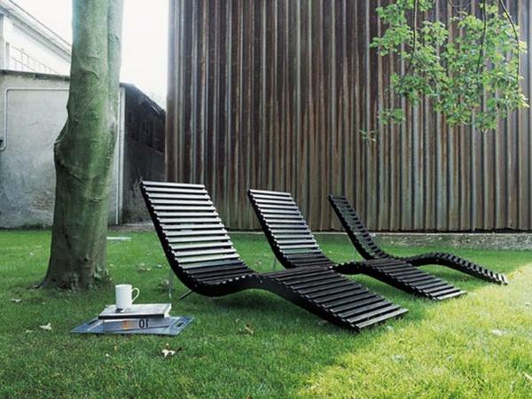 drei-schöne-schwarze-liegestühle-garten-loungemöbel