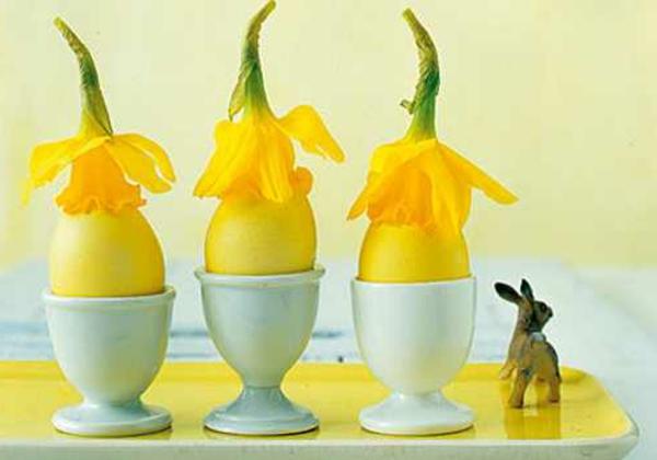 gelbe blumen auf eiern - idee für frühlingsdeko