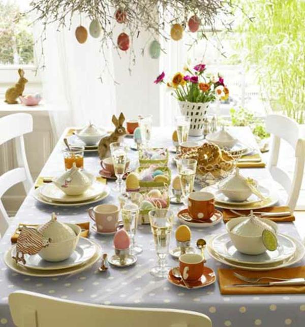 ostereier-stylisch-tisch-dekoration-frühling-eier-hasen