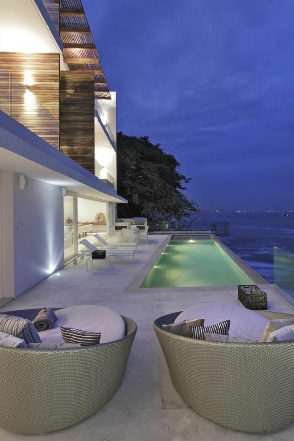 ein-ferienhaus-mit-pool-ultra-modernes-design-
