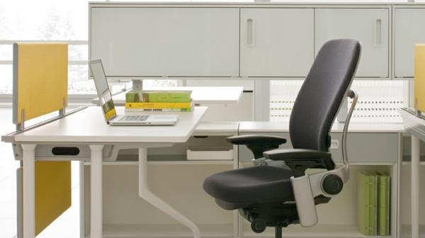 ein-schön-gestaltetes-Büro-mit-bequemem-Stuhl