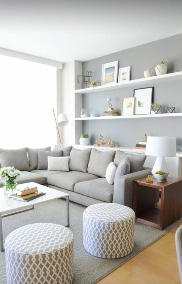 ein-sehr-gemütliches-wohnzimmer-mit-hellgrauem-sofa-