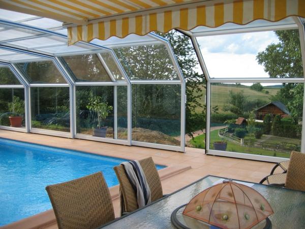 eine-Poolüberdachung-mit-flexiblen-Öffnungsmöglichkeit