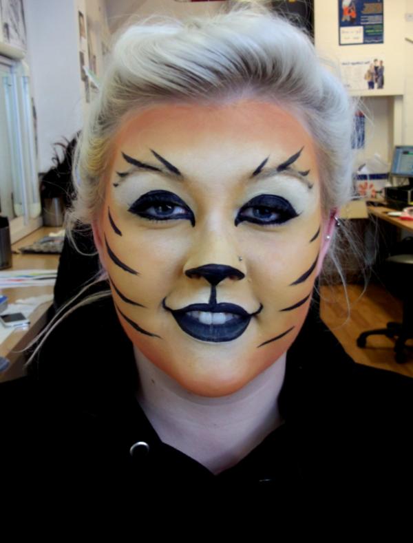 eine-frau-mit-tiger-schminken