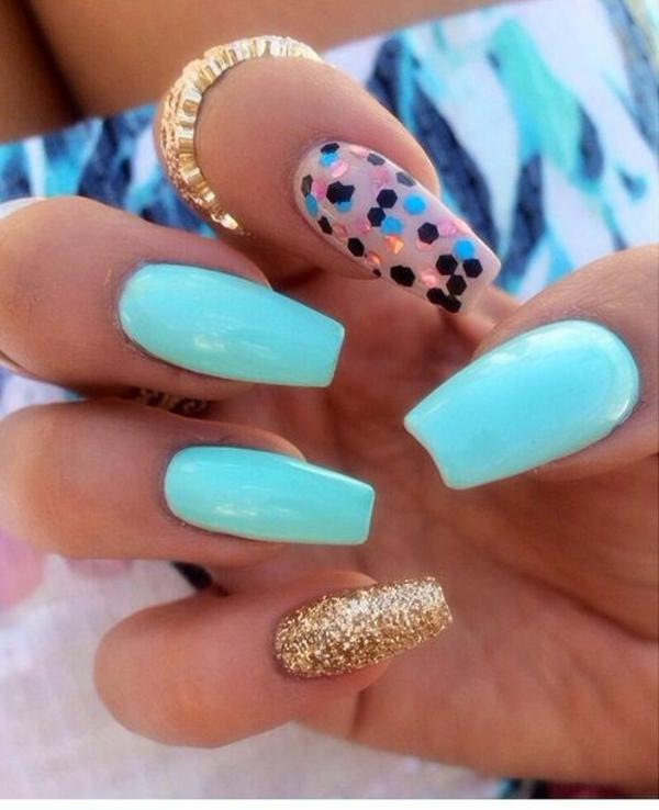 einfaches-nageldesign-blaue-und-goldene-farbe