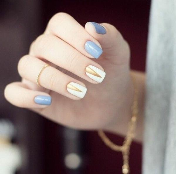 einfaches-nageldesign-blaue-und-goldene-farbschemen