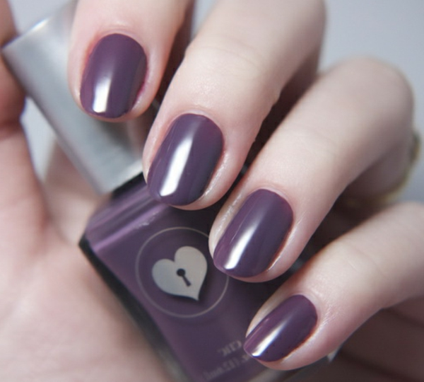 einfaches-nageldesign-in-lila-farbe