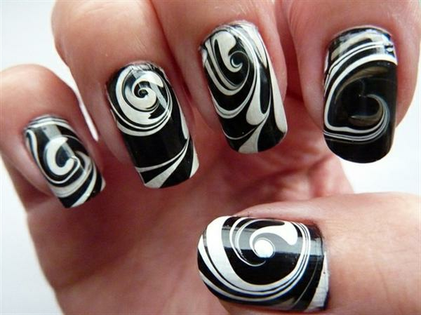 einfaches-nageldesign-schwarz-und-weiß-zusammenbringen