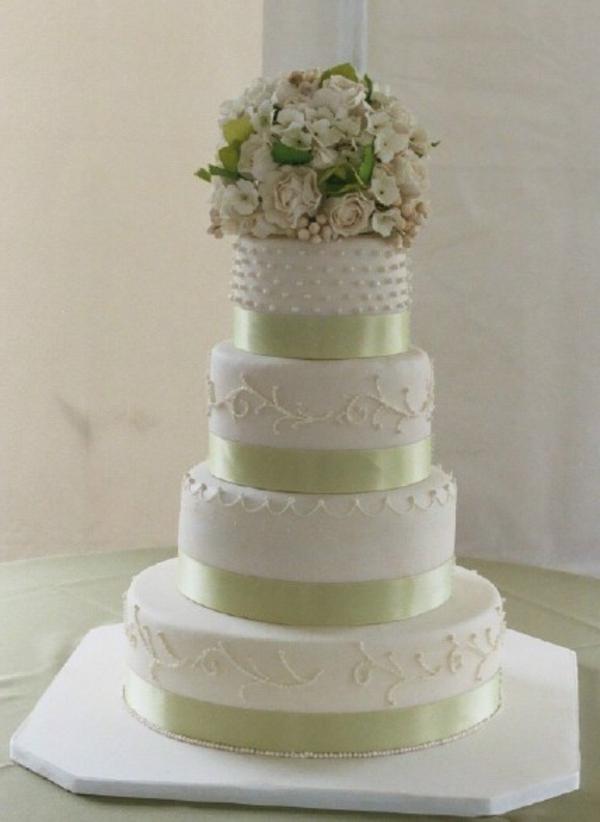 einmalig-gestaltete-weiße-mehrstöckige-torte-zur-hochzeit