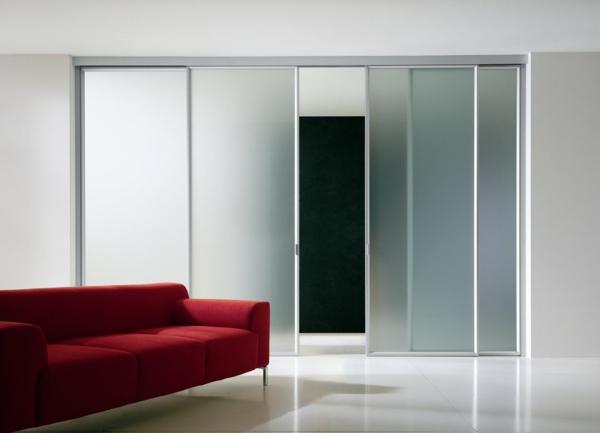 elegante-stilvolle-gleittür-rotes-sofa