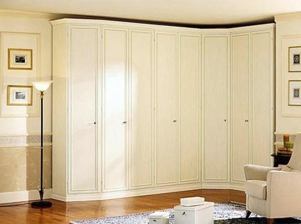 eleganter-weißer-eckschrank-im-schlafzimmer