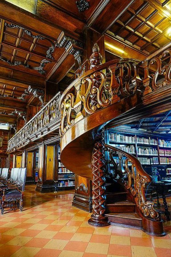 erstaunliche-Innentreppe-aus-Holz--