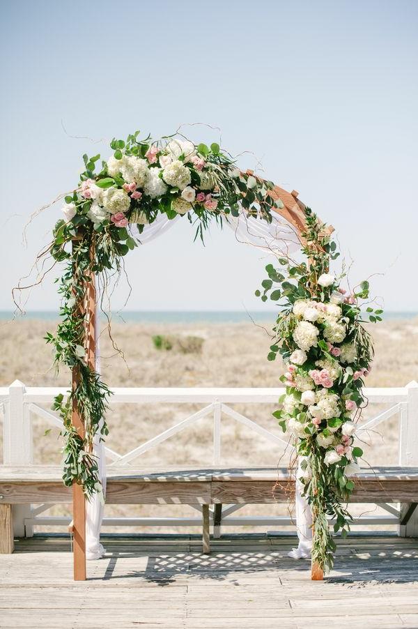 erstaunliche-blumendeko-zur-hochzeit-für-eine-unvergessliche-hochzeit- Hochzeit am Strand