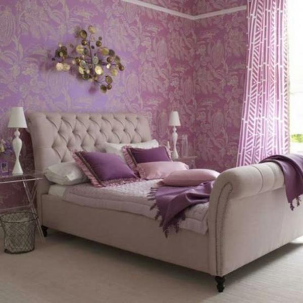 schlafzimmer mit lila wänden und einem schönen bett