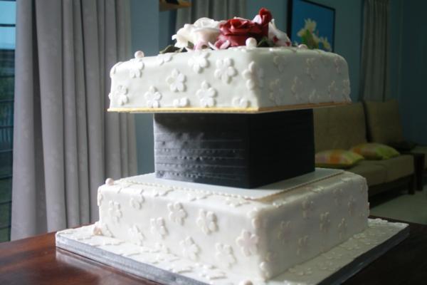extravagant-aussehende-mehrstöckige-torte-zur-hochzeit