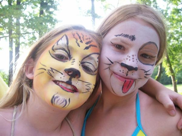 katzeschminken - zwei lächelnde freundinnen - foto im wald genommen