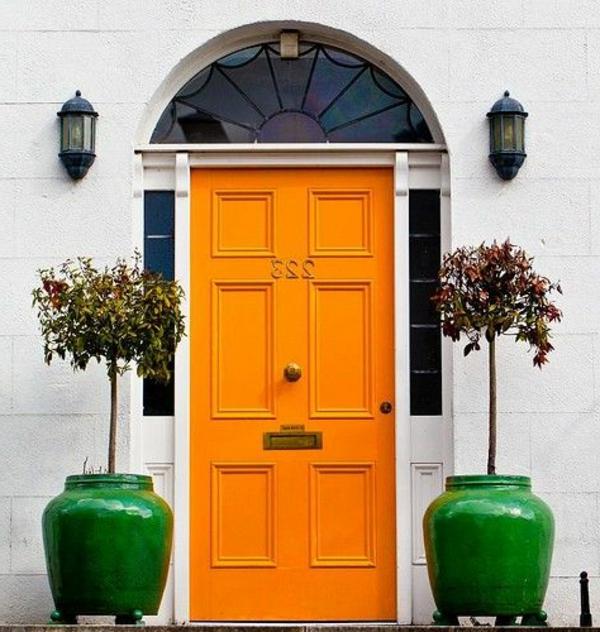 fantastische-eingangstür-mit-einem-tollen-design-in-orange