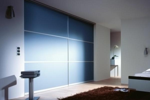fantastischer--Kleiderschrank-Schiebetüren-Spiegel-modernes-Interior-Design-Wohnideen--