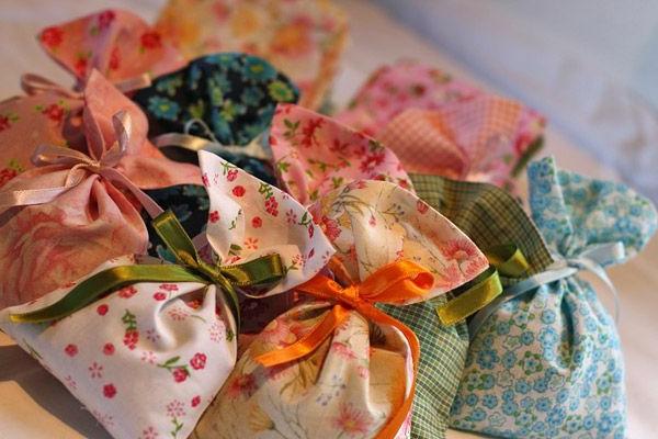 farbenfrohe-säckchen-gefüllt-mit-lavendel