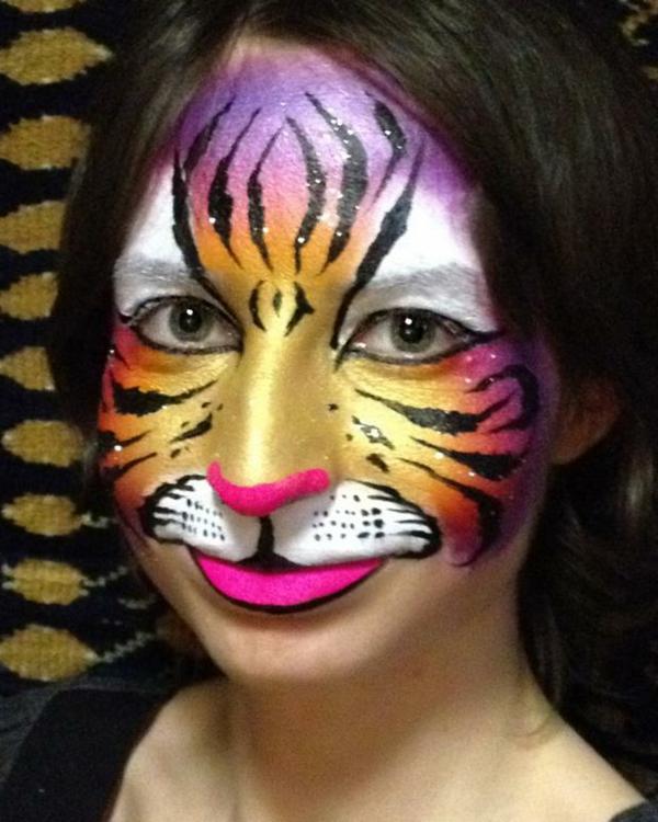 frau-mit-einem-sehr-schönen-tiger-schminken