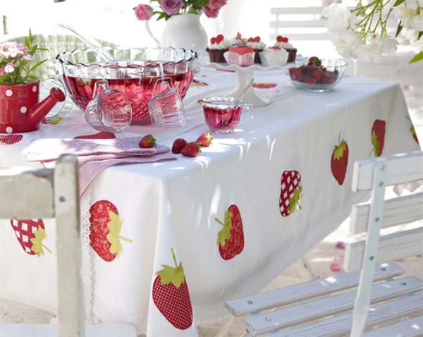 frische-weiße-tisch-decken-mit-erdbeeren