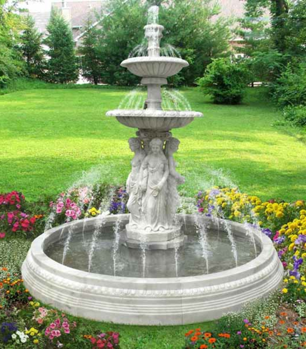 schöner großer garten mit einem atemberaubenden springbrunnen