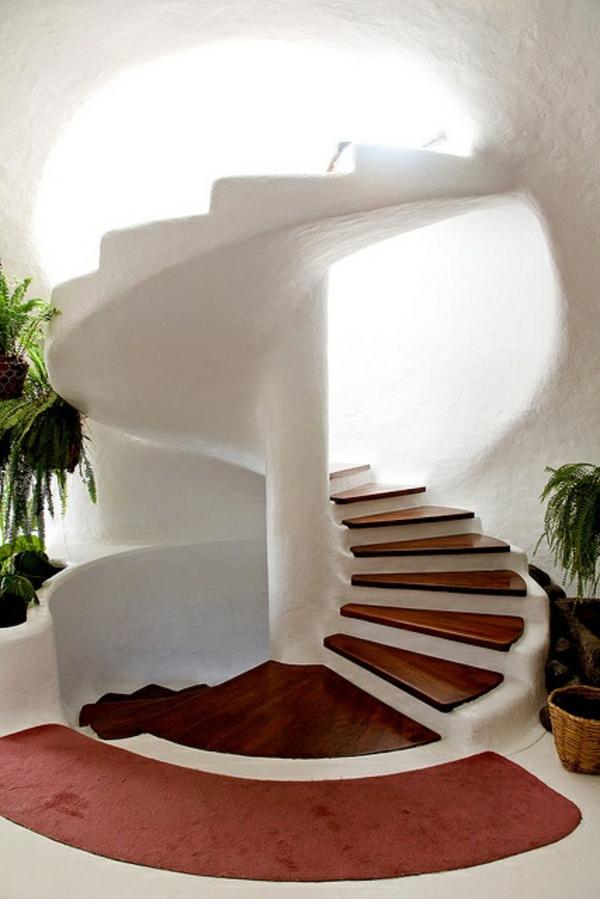 ganz-kreative-Gestaltung-weiße-Innentreppe