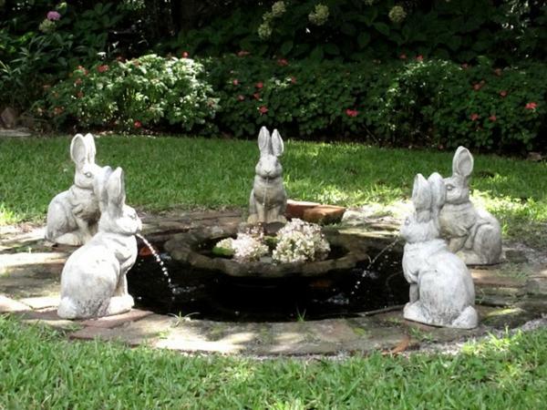 attraktive gartengestaltung mit einem kreativen springbrunnen