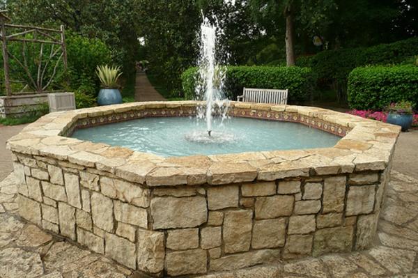 springbrunnen aus stein im garten