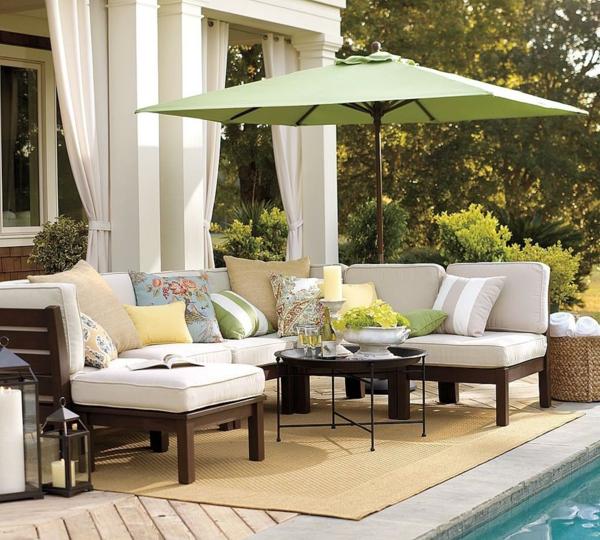 garten-loungemöbel-cooles-weißes-sofa-mit-einer-überdachung