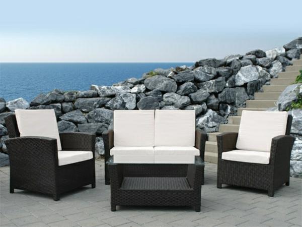 garten-loungemöbel-drei-elegante-weiße-sessel