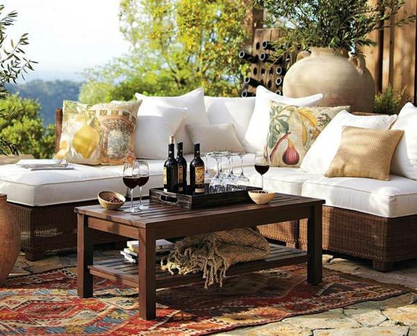 garten-loungemöbel-modernes-ecksofa-mit-einem-hölzernen-kafeetisch