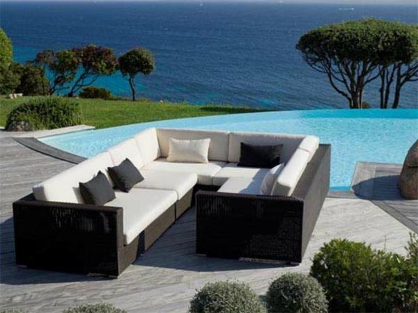 garten-loungemöbel-modernes-ecksofa-neben-einem-pool