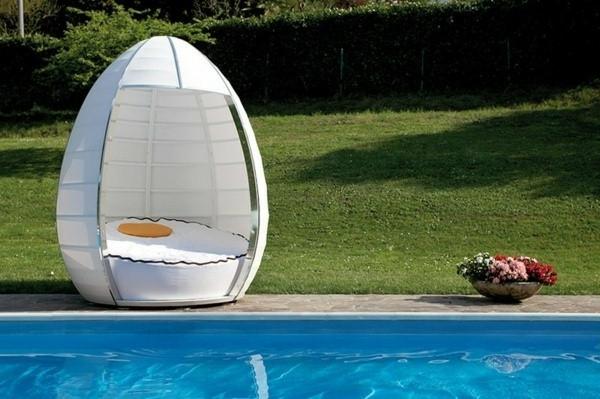 garten-loungemöbel-neben-dem-pool