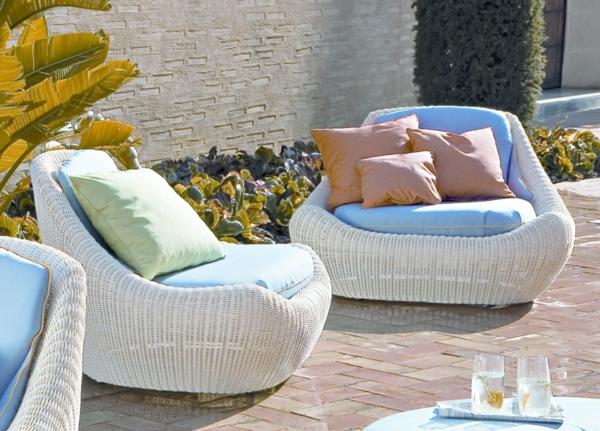 garten-loungemöbel-zwei-moderne-weiße-sessel-mit-dekokissen