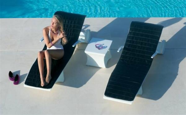 garten-loungemöbel-zwei-schicke-schwarze-liegestühle-eine-frau-erholt-sich