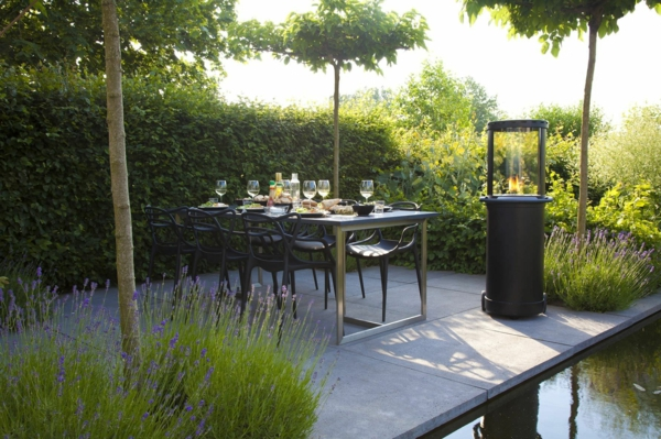 moderner garten mit einem esstisch und einem kamin - wunderschönes ambiente