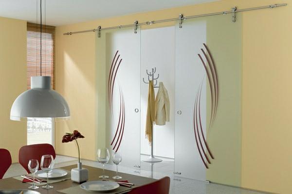 glasschiebetüren-mit-dekoration-gelbe-wand