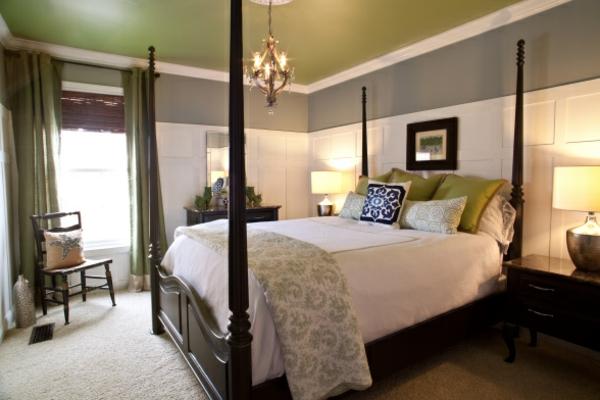 gemütliches schlafzimmer mit einer grünen zimmerdecke